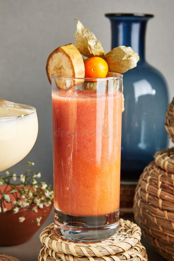 Vers Eigengemaakt Fruit Smoothie met Banaan, Physalis, Framboos, stock afbeelding