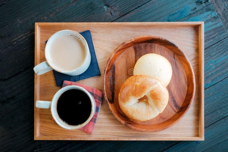 Vers Eigengemaakt Ongezuurd broodjebrood en Hete Koffie, Melkthee op Houten Dienblad stock foto's