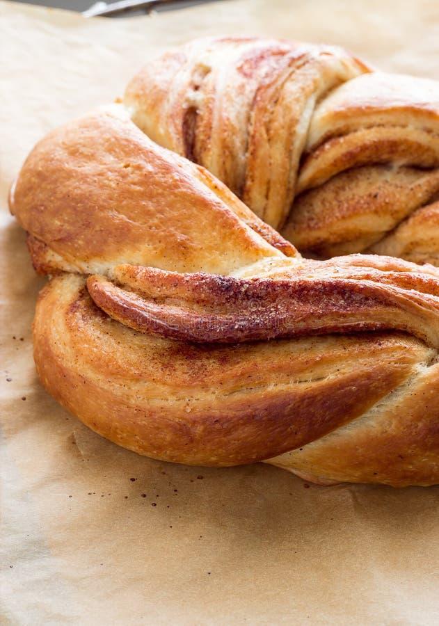 Vers eigengemaakt zoet broodje met kaneel van het Estlandse kraken van het gistdeeg Op papier voor baksel Selectieve nadruk royalty-vrije stock foto