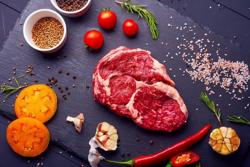 Vers en ruw vlees Ribben en varkenskoteletten ongekookte, ongesneden klaar aan grill en barbecue royalty-vrije stock afbeelding