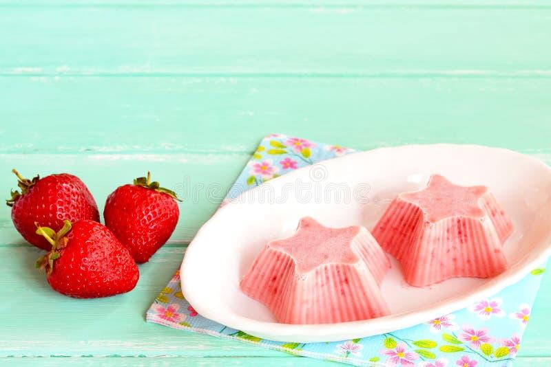Vers en smaakvol aardbeiroomijs op een plaat De bevroren zoete aardbeiyoghurt vormde ster royalty-vrije stock afbeeldingen