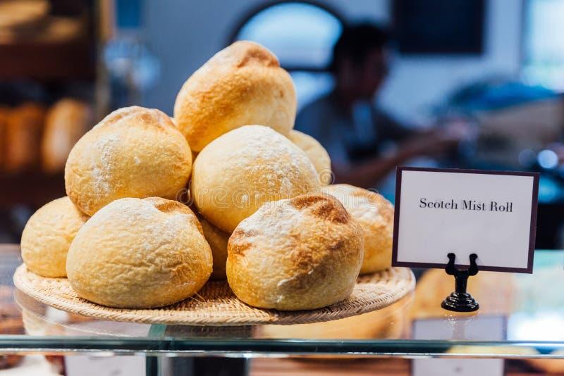 Vers en warm gebakken Schots mistbroodje op houten plaat, klaar te verkopen Gemaakt door artisanaal royalty-vrije stock afbeelding