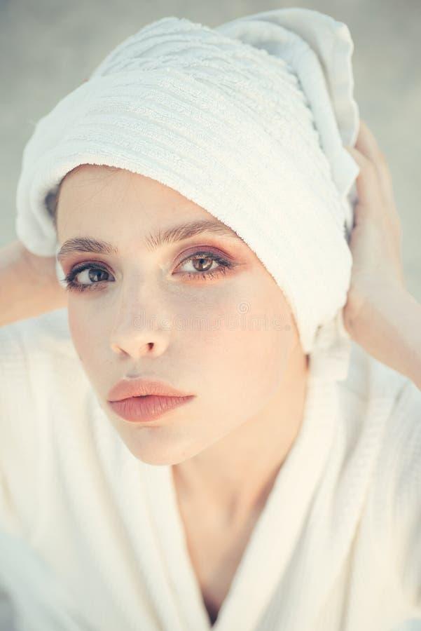 Vers en zuiver Jonge vrouw in het baden van toga Schoonheidsroutine en hygiënezorg De mooie badhanddoek van de vrouwenslijtage op stock afbeelding