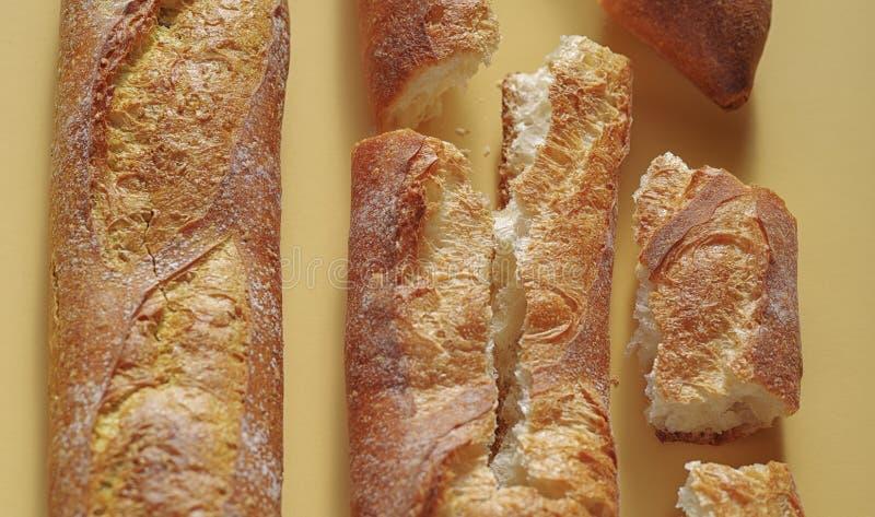 Vers Frans baguettebrood op gele achtergrond royalty-vrije stock foto