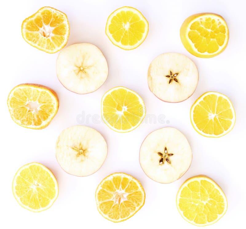 vers fruit dat op witte achtergrond wordt geïsoleerdr Voedselpatroon van vers fruit in een besnoeiing De plakken van appelenmanda stock foto's