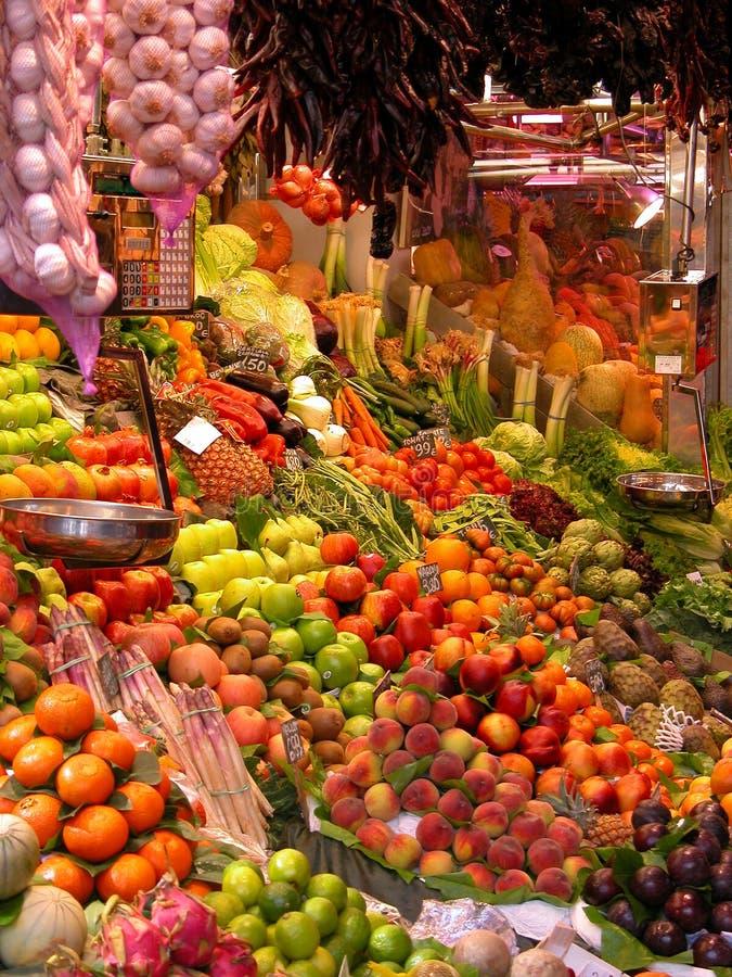 Vers fruit en groenten bij marktkraam royalty-vrije stock afbeeldingen