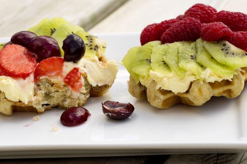 Vers Fruit en Roomwafels royalty-vrije stock afbeelding