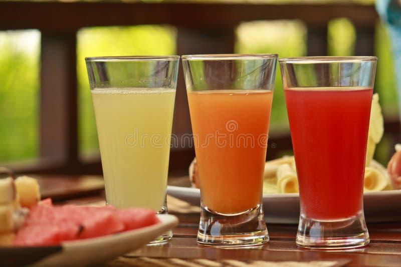 Vers fruit gezonde sappen stock afbeeldingen