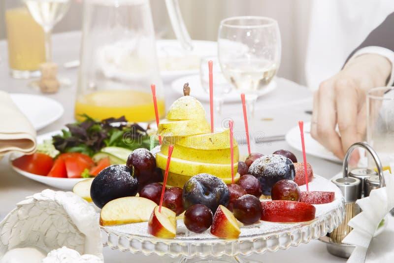 Vers fruit op een feestlijst stock afbeelding