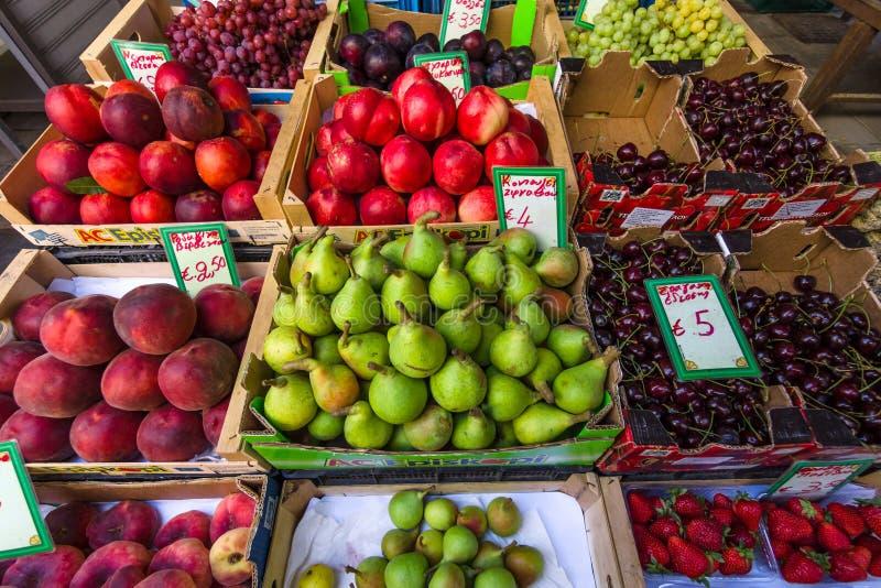 Vers fruit op vertoning royalty-vrije stock foto