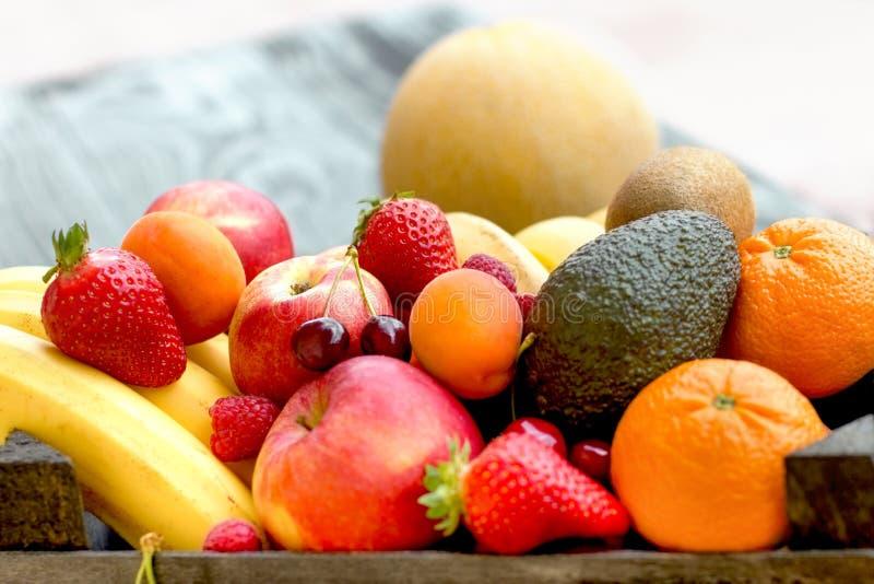 Vers fruit, organisch vruchten close-up op rustieke lijst stock afbeeldingen