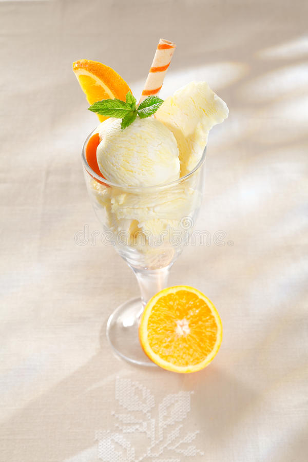 Vers fruitig oranje roomijs stock fotografie