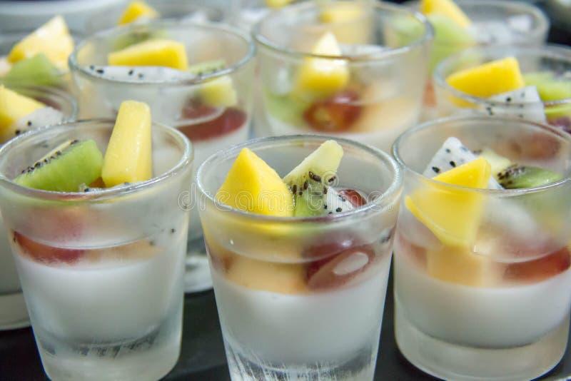 Vers fruitpanacotta in miniglas royalty-vrije stock afbeeldingen