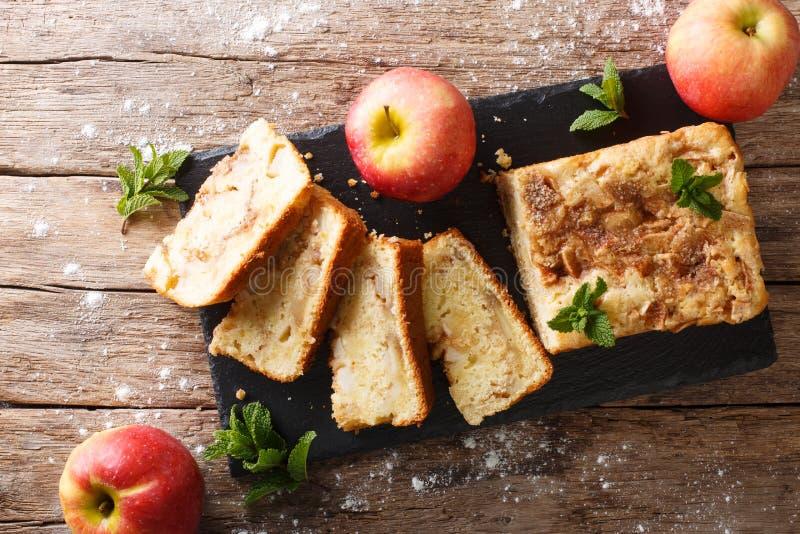 Vers gebakken appelbrood met kaneel en muntclose-up Horiz stock afbeelding