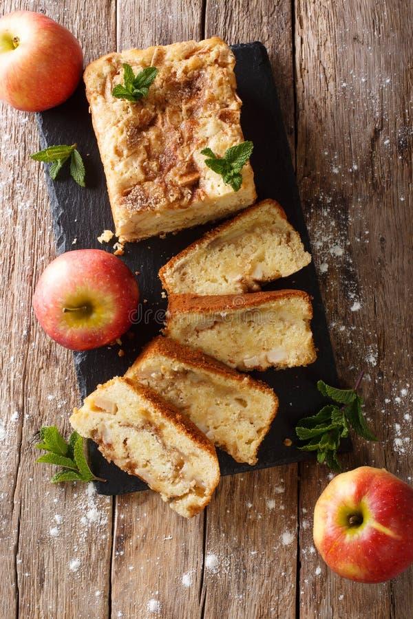 Vers gebakken appelbrood met kaneel en muntclose-up Verti royalty-vrije stock foto's