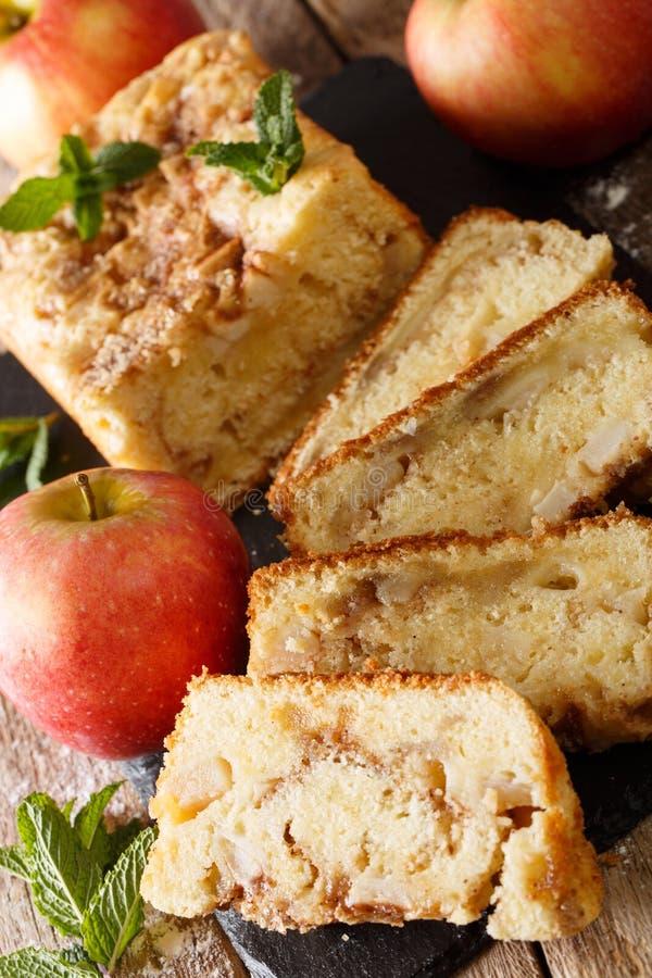 Vers gebakken appelbrood met kaneel en muntclose-up Verti stock foto's