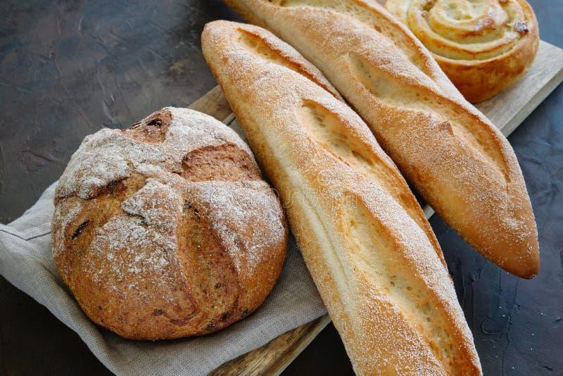 Vers gebakken baguettes, brood en broodje op een servet royalty-vrije stock foto's