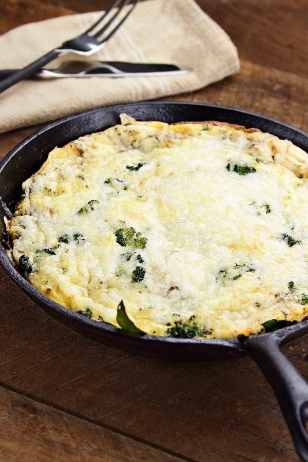 Vers Gebakken Broccoli, Paddestoel en Spinazie Frittata stock afbeeldingen