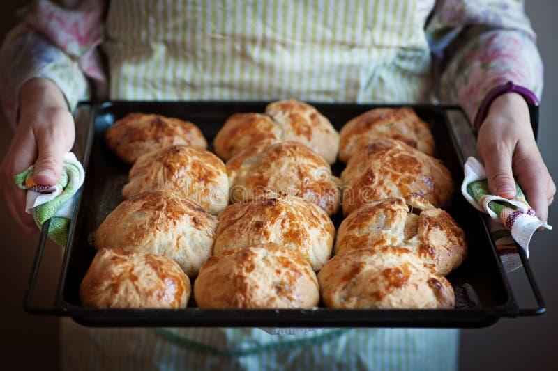 Vers gebakken brood in bakkershanden royalty-vrije stock fotografie