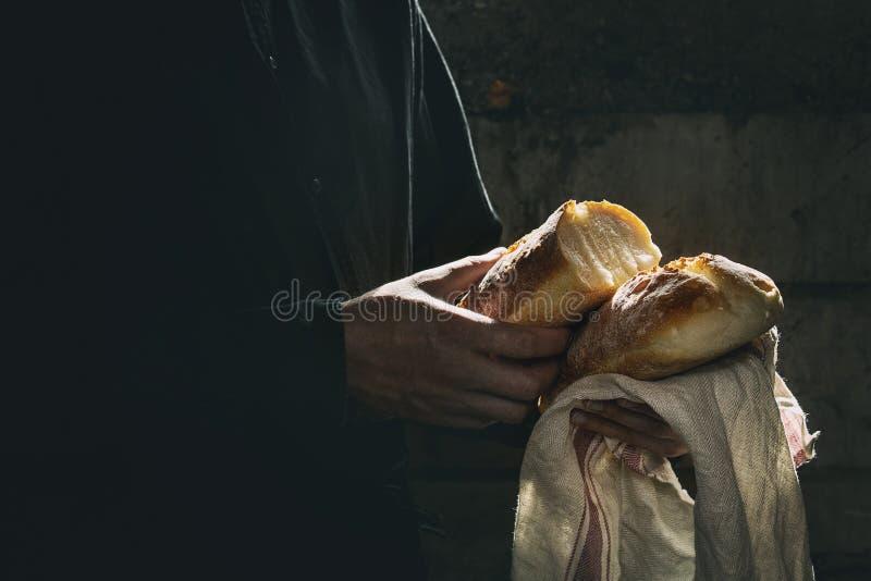 Vers gebakken brood in handen royalty-vrije stock afbeelding