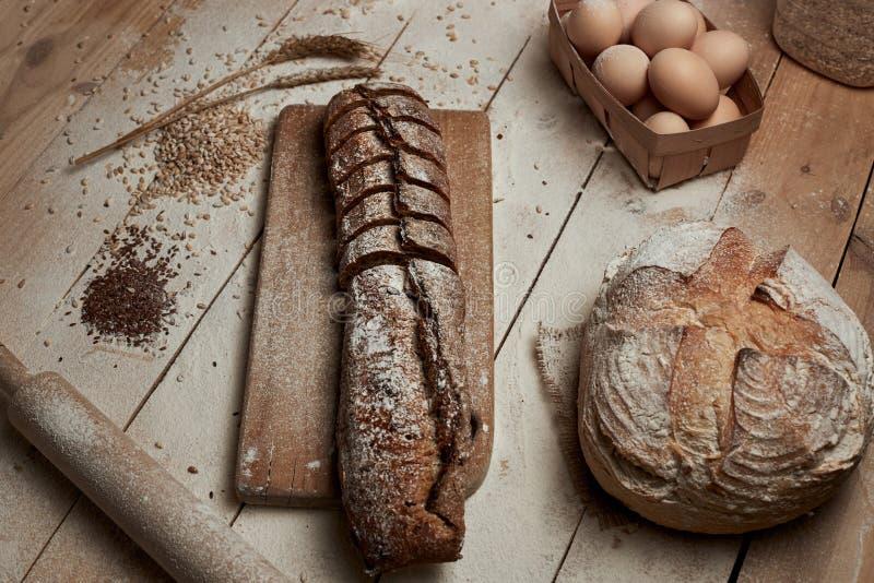 Vers gebakken brood Hoogste mening van gesneden wholegrain brood op donkere ructic houten close-up als achtergrond Brood bij zuur stock fotografie