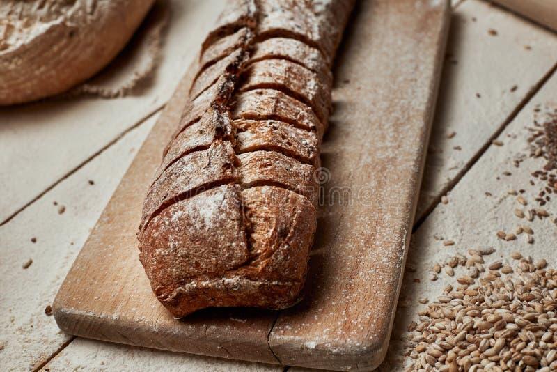 Vers gebakken brood Hoogste mening van gesneden wholegrain brood op donkere ructic houten close-up als achtergrond Brood bij zuur royalty-vrije stock foto's