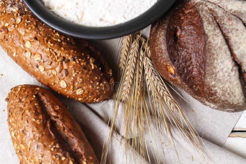 Download Vers Gebakken Brood Met Oren Van Tarwe Gele Tarwe Het Ontbijt Is Stock Afbeelding - Afbeelding bestaande uit gebakken, organisch: 107700749