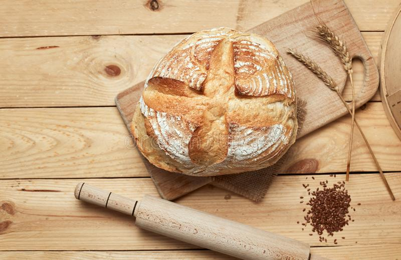 Vers gebakken brood op houten achtergrond Brood bij zuurdeeg Ongedesemd brood royalty-vrije stock afbeelding