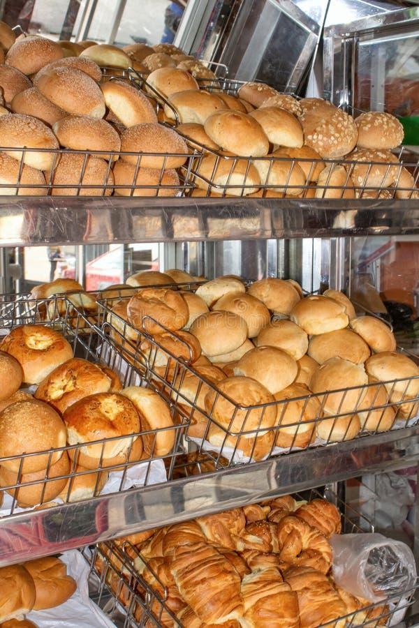 Vers gebakken brood, planken met broodjes op de vitrine Quito, Ecuador royalty-vrije stock afbeelding