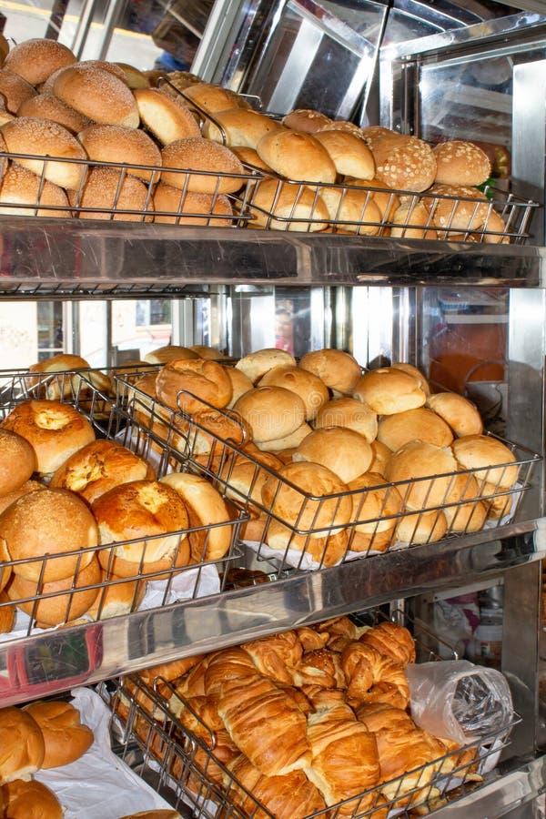 Vers gebakken brood, planken met broodjes op de vitrine Quito, Ecuador stock foto