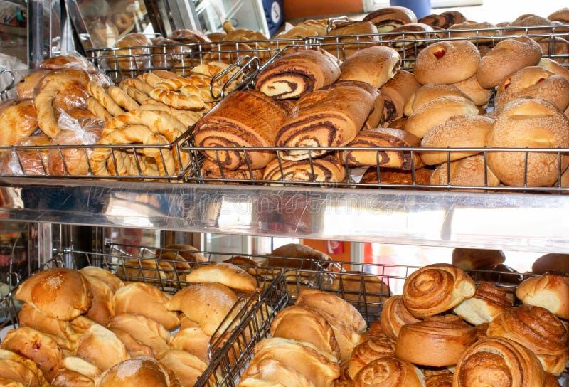 Vers gebakken brood, planken met broodjes op de vitrine Quito, Ecuador royalty-vrije stock foto's