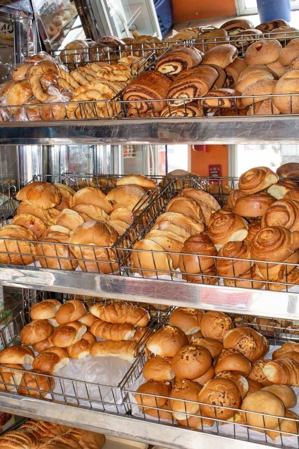 Vers gebakken brood, planken met broodjes op de vitrine Quito, Ecuador royalty-vrije stock afbeeldingen