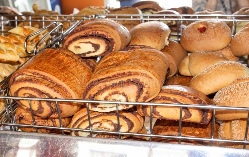 Vers gebakken brood, planken met zoete broodjes in het venster banketbakkerij Quito, Ecuador royalty-vrije stock fotografie