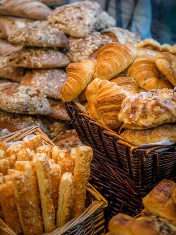 Vers gebakken broodjes, croissants en breadsticks op verkoop royalty-vrije stock foto
