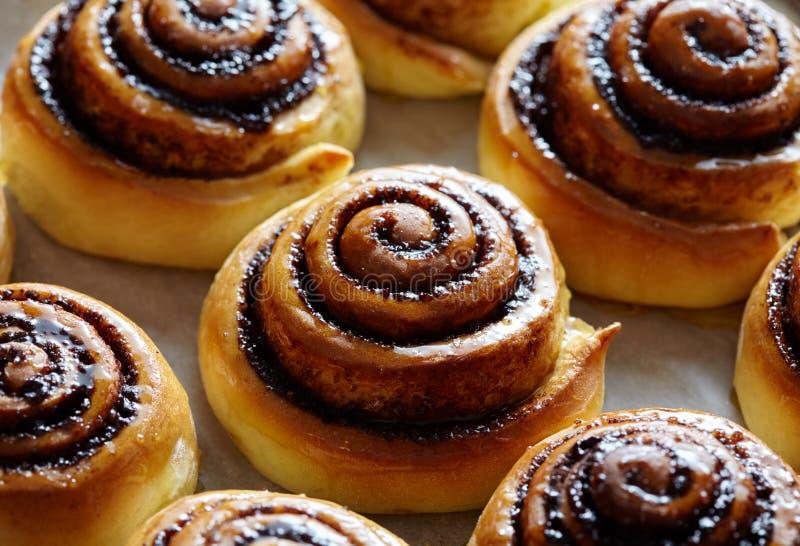 Vers gebakken broodjes met kaneel en kruiden Close-up Broodjesbrood, eigengemaakte bakkerij stock afbeeldingen