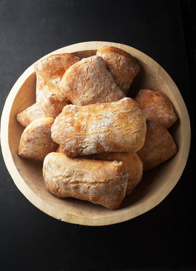 Vers gebakken ciabattabrood in een mand royalty-vrije stock foto's