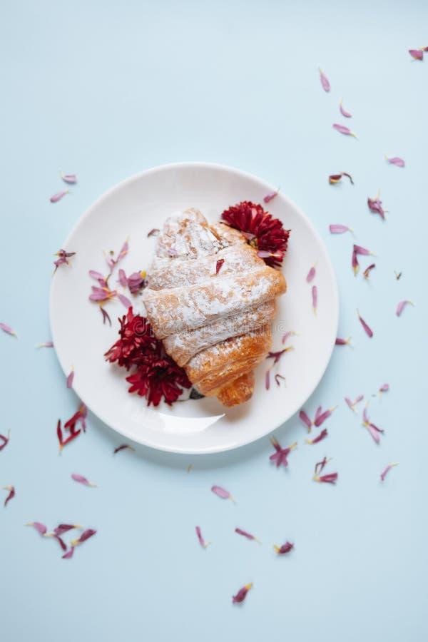Vers gebakken croissant op een witte plaat royalty-vrije stock foto's