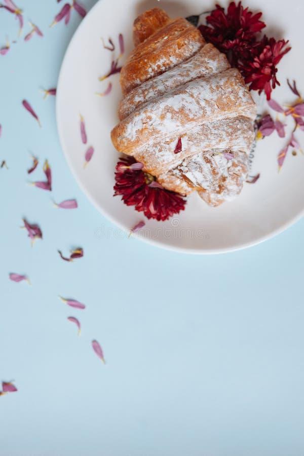 Vers gebakken croissant op een witte plaat royalty-vrije stock afbeelding