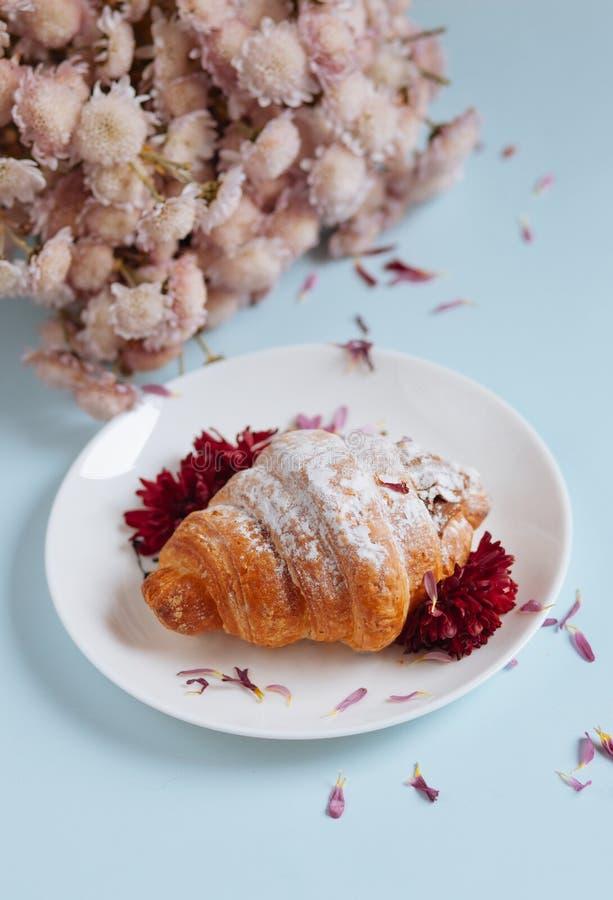 Vers gebakken croissant op een witte plaat royalty-vrije stock fotografie