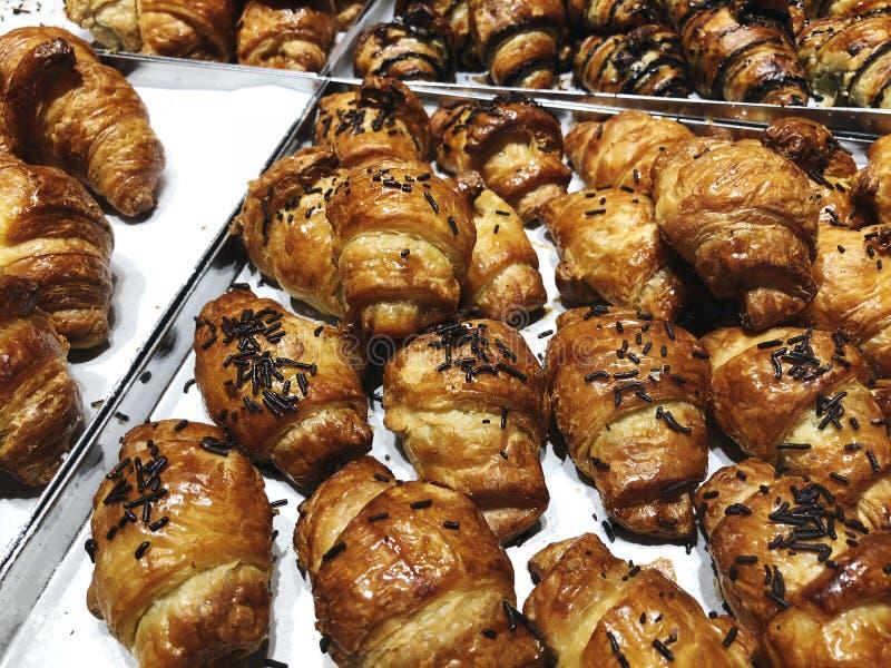 Vers gebakken croissantgebakje op verkoop in koffie Koop smakelijk bakkerijproduct voor koffiepauze Zoet dessertvoedsel royalty-vrije stock fotografie