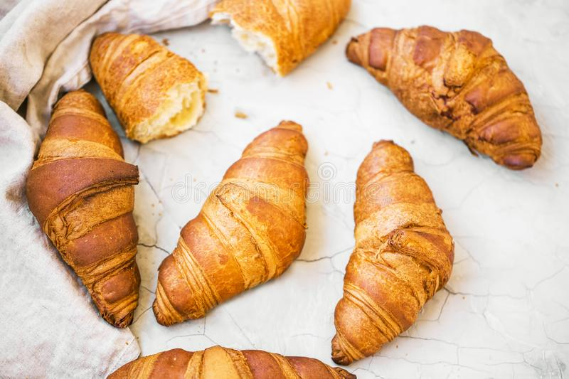 Vers gebakken croissants hoogste mening, verse Franse croissants royalty-vrije stock foto's