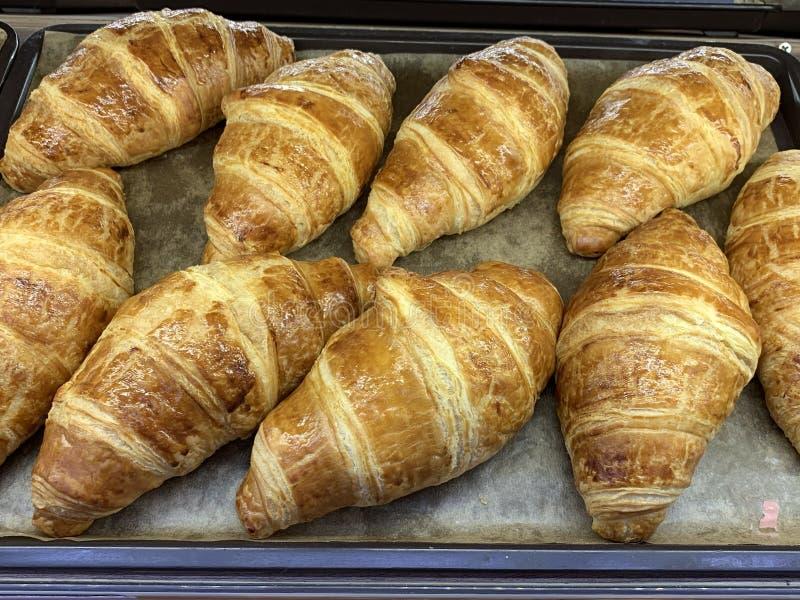 Vers gebakken croissants op dienbladvoedsel stock afbeeldingen