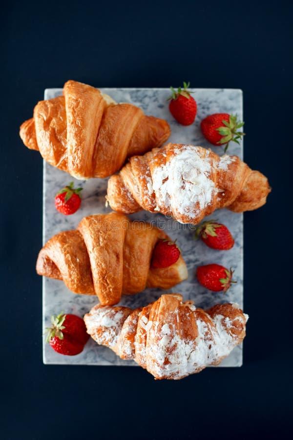 Vers gebakken croissants op marmeren scherpe raad, hoogste mening, exemplaarruimte, ontbijtachtergrond royalty-vrije stock fotografie