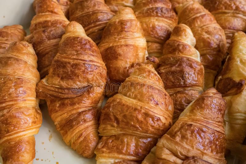 Vers gebakken croissantsclose-up royalty-vrije stock foto's