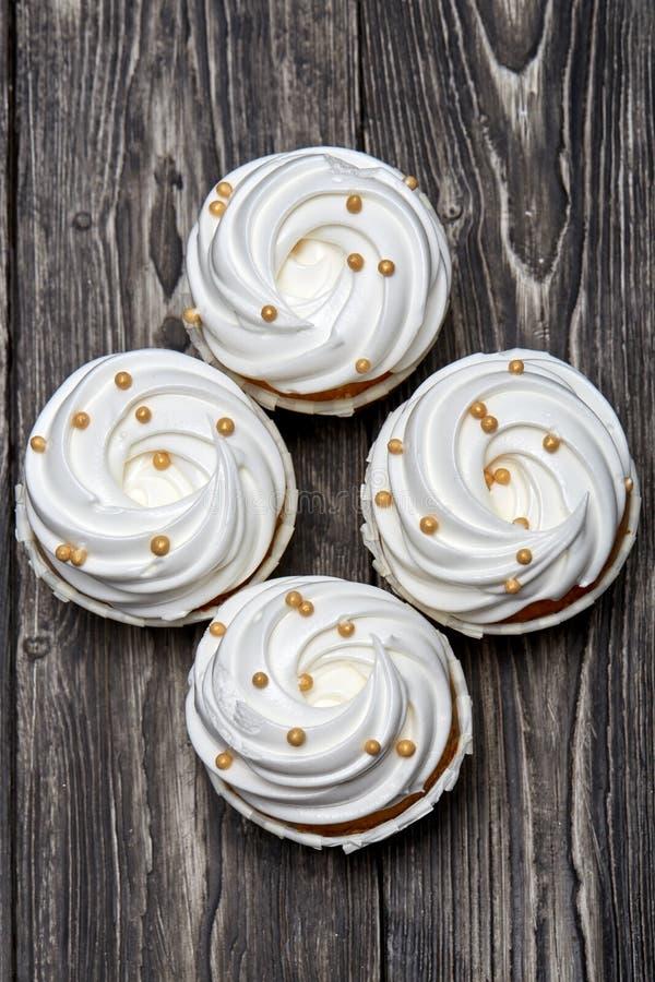 Vers gebakken cupcake op een houten lijst stock afbeelding