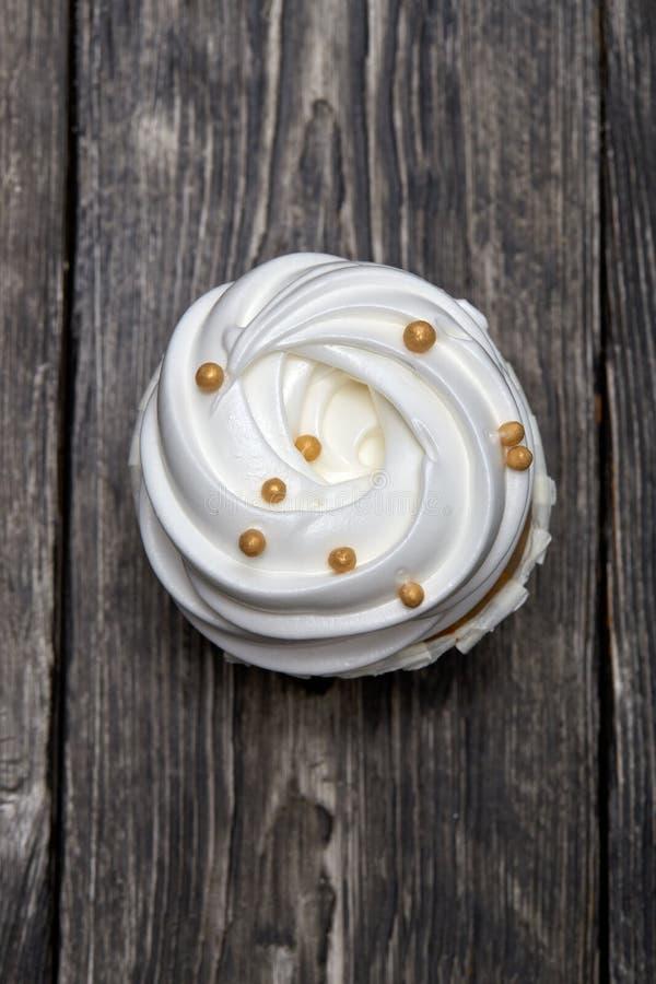 Vers gebakken cupcake op een houten lijst royalty-vrije stock foto's