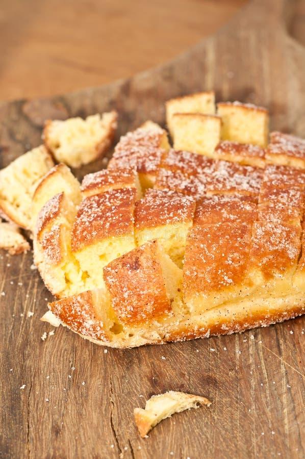 Vers gebakken die brood voor bemonstering bij een landbouwersmarkt wordt gesneden stock afbeelding