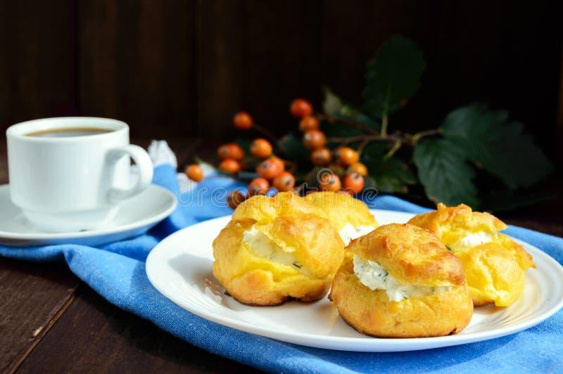 Vers gebakken die broodjes eclairs met kruidige kwark worden gevuld royalty-vrije stock afbeeldingen