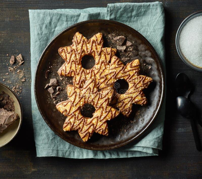 Vers gebakken die koekjes met chocolade en suiker worden verfraaid stock foto's