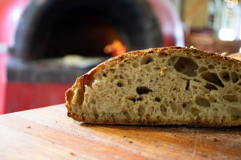 Vers gebakken die zuurdesembrood in een pizzaoven wordt gebakken royalty-vrije stock fotografie